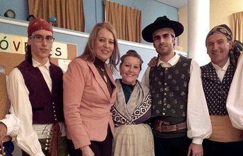 Llanos Navarro asiste a la actuación del grupo Abuela Santa Ana en Tinajeros