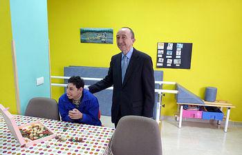 El consejero de Salud y Bienestar Social, Fernando Lamata durante su visita al Centro Ocupacional y el Centro de Día para personas con discapacidad intelectual gravemente afectadas de la Asociación 'Coraje' en Malagón, Ciudad Real.