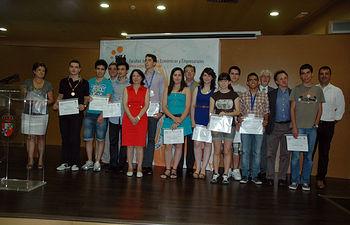 Fotografía de grupo. El rector con los premiados y profesores