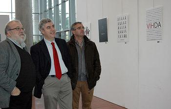 De izqda a dcha, Elias Rovira, Antonio Roncero y Ángel López. A la derecha de ellos la obra ganadora VIHDA