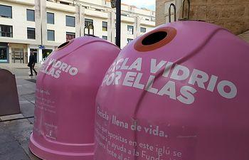 Valdepeñas instala cuatro contenedores rosas de vidrio reciclado para lograr donaciones por el Día del Cáncer de Mama.