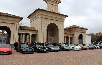 Julián Garijo y Francisco Navarro reciben en la ciudad al grupo de usuarios de Porsche España que han pasado el fin de semana en Albacete