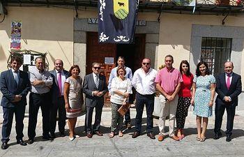 Foto Gómez Mora (5 i.) con la alcaldesa de Menasalbas, miembros de la Corporación municipal, la Caja, las cooperativas y otros asistentes