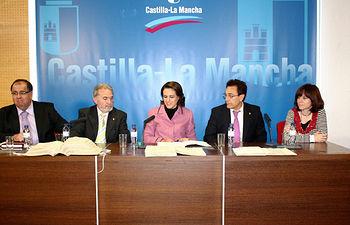 La consejera de Administraciones Públicas, Magdalena Valerio (c), ha entregado esta mañana, en la Delegación de la Junta en Albacete, documentos restaurados por el Archivo de Castilla-La Mancha a los alcaldes de los municipios de Munera, Socovos y Tarazona de La Mancha.