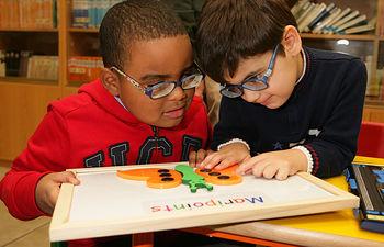 Dos alumnos ciegos aprenden con Braitico.