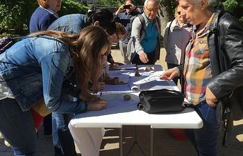 """Fotos del acto de recogida de firmas en el mercadillo de """"El Martes"""" en Toledo, llevada a cabo por UJP UGT y CCOO Toledo"""