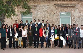 Participantes en el curso con los profesores y autoridades asistentes a la entrega de diplomas.