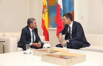 El presidente del Gobierno, Pedro Sánchez, y el presidente de la Comunidad Autónoma de Cantabria, Miguel Ángel Revilla, durante la reunión que han mantenido en La Moncloa.