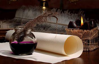 Escritorio - Pluma. Imagen de archivo.