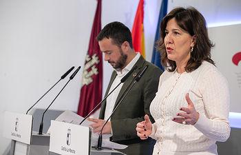 La consejera de Igualdad y portavoz, Blanca Fernández, y el consejero de Desarrollo Sostenible, José Luis Escudero, han informado en rueda de prensa de los acuerdos aprobados por el Consejo de Gobierno. (Fotos: A. Pérez Herrera // JCCM).