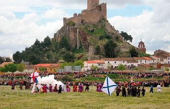 Imagen de la recreación de la Batalla de Almansa que tuvo lugar el 25 de abril de 1707, con el castillo de fondo, que todos los años se celebra con motivo de su aniversario en esta localidad manchega.