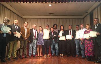 El presidente de la Diputación de Albacete, Santiago Cabañero, con los premiados por la  Asociación Albacete en Madrid.