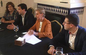 Carmen Quintanilla con el alcalde de Bolaños, Miguel Ángel Valverde, la alcaldesa de Torralba, María Antonia Álvaro y representantes de diversas AMPA abordan el problema del alcohol en menores