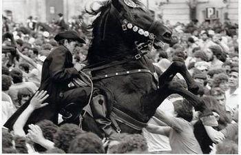 """""""El Jaleo de San Juan"""" (Ciudadela de Menorca, 1980), fotografía de Cristina García Rodero, incluida en la exposición."""
