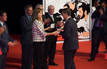 S.M. la Reina, doña Letizia Ortiz, hace entrega de la medalla de oro al compromiso social y la labor solidaria a la Diputación de Albacete.