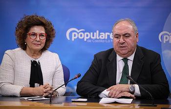 Los diputados nacionales del PP, Carmen Riolobos y Vicente Tirado, en rueda de prensa.