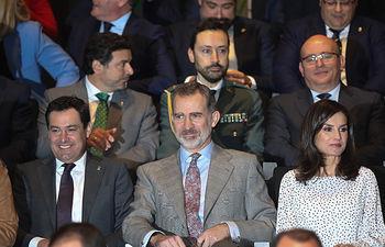 Los Reyes Felipe VI y doña Letizia junto al Presidente de la Junta de Andalucía, Juanma Moreno, en el congreso científico de clausura de la conmemoración del 50º aniversario del Parque Nacional de Doñana, Almonte (Huelva) a 14 de febrero del 2020. Foto: Europa Press 2020