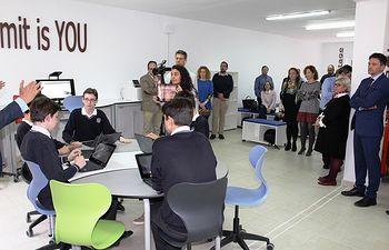 Mª Ángeles Martínez asiste a la primera conexión dual entre dos aulas de alta tecnología.