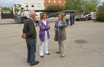 La presidenta de la Diputación en la visita a Viñuelas con la alcaldesa Ana María Gil y el concejal Antonio Fernández.