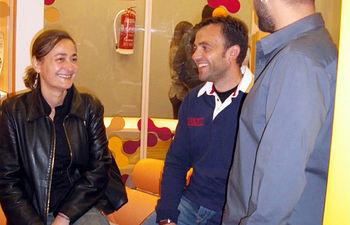 La consejera de Empleo, Igualdad y Juventud, María Luz Rodríguez, y el director general de Juventud, Javier Gallego, conversan con uno de los responsables de la Oficina de Emancipación de Toledo.