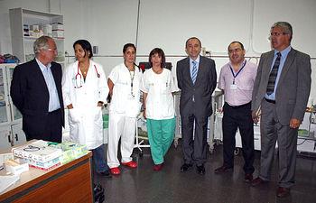 El consejero de Salud y Bienestar Social, Fernando Lamata y los gerentes del Complejo Hospitalario Universitario de Albacete, Jesús Martino (1i) y de Atención Primaria, Rafael Muñoz (1d) con el equipo sanitario responsable en ese momento de la atención de las urgencias en Feria.