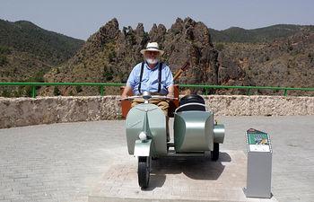La ruta que el Gobierno de Castilla-La Mancha dedica a la película 'Amanece, que no es poco', ya ha incorporado algunos de los elementos más destacados de esta cinta de José Luis Cuerda, para que el visitante pueda disfrutar con el recorrido.