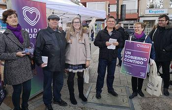 María Pérez y Juan Miguel Rodríguez, hoy en el mercadillo de Los Invasores con concejales y simpatizantes de Unidas Podemos.