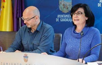 Isabel Nogueroles y Julio Gómez presentan la programación de abril y mayo del Teatro