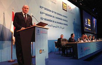 El ministro del Interior, Jorge Fernández Díaz, felicita a la Interpol. Foto: Ministerio del Interior.