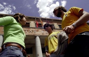Fotografias de estudiantes de Farmacia, ante la puerta de la Facultad.