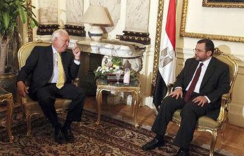El ministro García-Margallo durante su reunión con el primer ministro egipcio, Hesham Qandil, en El Cairo. (Foto EFE)