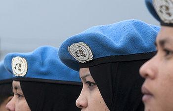 Mujeres malasias pertenecientes a las fuerzas de mantenimiento de la paz en la Fuerza Provisional de las Naciones Unidas en el Líbano (FPNUL) durante una ceremonia de entrega de medallas en Kawkaba, al sur del país. Foto ONU/Pasqual Gorriz