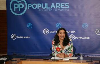 Claudia Alonso en rueda de prensa en las Cortes regionales.