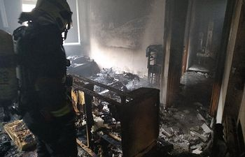 Incendio de vivienda en doctor Collado piña, rescatadas dos personas en una habitación interior. Foto: Bomberos AB.