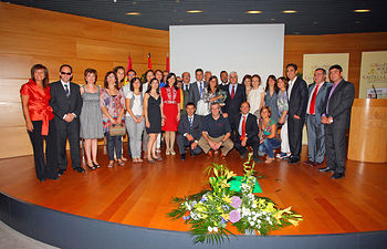 El presidente de Castilla-La Mancha, José María Barreda, presidió hoy en Albacete la entrega de los premios solidarios de la ONCE en Castilla-La Mancha. En la imagen, posa junto a los galardonados.
