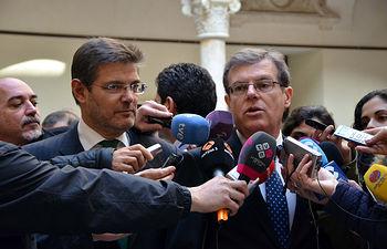 El rector y el ministro atendieron a los periodistas antes de la inauguración.