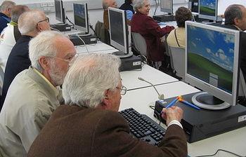 Clase de informatica para mayores (Foto de archivo de EFE)