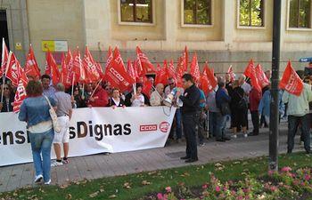 Concentración frente a la Subdelegación de Gobierno, con motivo del Día Internacional de las Personas Mayores.