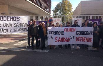 García Molina en la concentración de protesta de los vecinos ante el Centro de Especialidades de Torrijos.