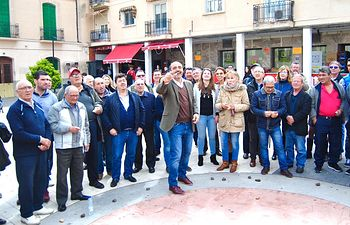 Fernández-Bravo traslada su apoyo a las tradiciones en su visita a Calzada de Calatrava en el juego de las caras
