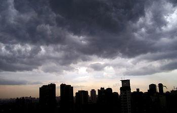 El profesor Sánchez abordó los distintos fenómenos naturales, entre ellos la formación de tormentas.