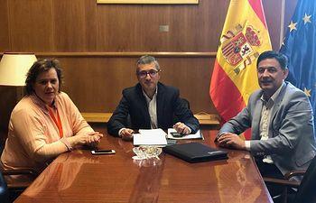 El secretario general de UPA Castilla-La Mancha, Julián Morcillo, y la vicesecretaria general de la Unión de Pequeños Agricultores, Montse Cortiñas, durante la reunión  con el secretario de Estado de Medio Ambiente, Hugo Morán.