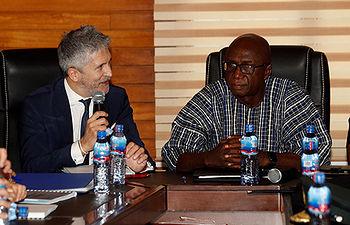ACCRA (GHANA), 20/02/2019.- El ministro español del Interior, Fernando Grande-Marlaska, durante la reunión que ha mantenido este miércoles con su homólogo de Ghana, Ambrose Dery, en la capital de Ghana, en el marco de su viaje para reforzar la cooperación en materia de lucha contra la inmigración irregular y el control de los flujos migratorios, el narcotráfico y la lucha contra el terrorismo.  EFE/J.J. Guillén.