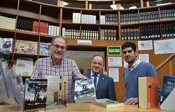 Antonio Martínez entrega dos ejemplares de sus novelas 'Como una estrella fugaz' y 'Enigma en la catedral' a los fondos de la Red Municipal de Bibliotecas.