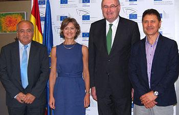 COAG muestra al Comisario europeo de Agricultura su rechazo al TTIP por el peligro de desmantelamiento del modelo agroalimentario europeo sostenible. Foto: COAG.