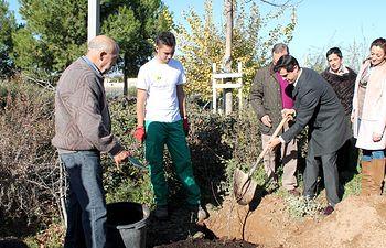 Javier Cuenca durante la plantación de 'Un árbol por el Parkinson'