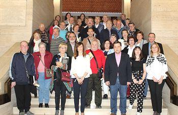 Foto familia participantes XVII Certamen de Poesía y Prosa de Mayores.