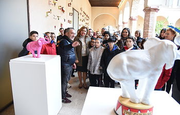 La consejera de Educación, Cultura y Deportes, Rosa Ana Rodríguez, asiste, en el Centro de Arte Moderno y Contemporáneo de Castila-La Mancha (CORPO), a la inauguración de la exposición del artista 'dEmo'. (Fotos: José Ramón Márquez // JCCM).