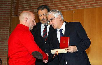 Barreda entrega la Real Orden de Reconocimiento Civil al esposo de una de las víctimas del 11-M