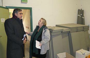 El alcalde de Cuenca, Ángel Mariscal se ha reunido con la presidenta de la Asociación de Vecinos de Las Quinientas, Elena Castillejo